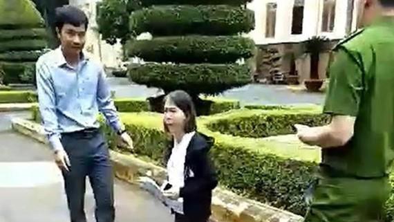 Cô giáo Hoa Anh quỳ trong khuôn viên UBND tỉnh Đắk Lắk xin gặp lãnh đạo (Ảnh cắt từ Clip)