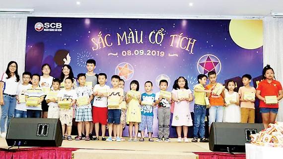 Bà Trần Thị Nhã Khanh (ngoài cùng bên trái) - Phó Chủ tịch Công đoàn cơ sở SCB trao tặng học bổng cho con CBNV SCB