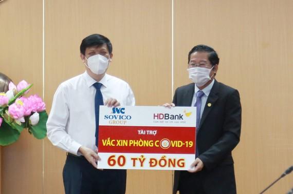 Ông Nguyễn Thanh Long, Bộ trưởng Bộ Y tế nhận nguồn kinh phí 60 tỷ đồng mua vaccine phòng Covid-19 do ông Phạm Quốc Thanh, Tổng giám đốc HDBank đại diện HDBank và Sovico trao tặng