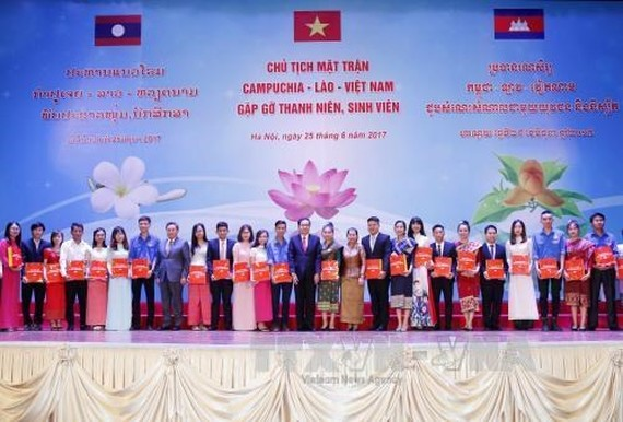 Presenting gifts to oustanding students of Vietnam, Laos and Cambodia (Photo: VNA)
