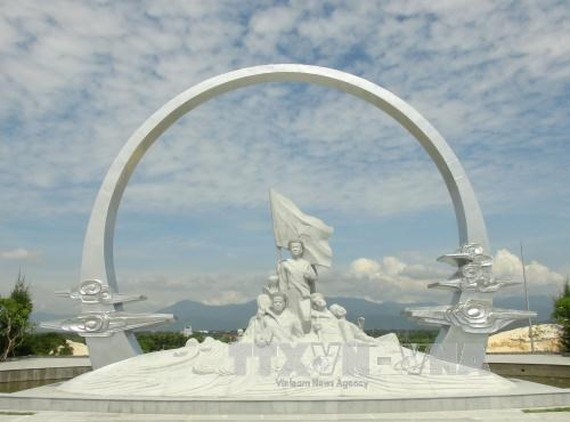 """The monument featuring the naval soldiers holding hands in an """"eternal circle"""" to safeguard the national flag in the memorial site (Photo: VNA)"""