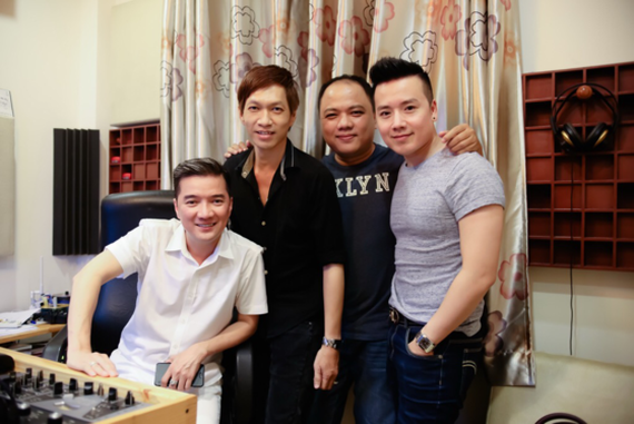 Musician Nguyen Minh Anh (in black shirt) and singers