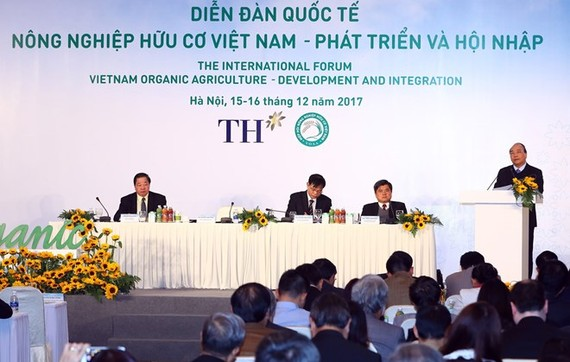 "Prime Minister Nguyen Xuan Phuc delivers a speech at the international forum ""Vietnam Organic Agriculture – Development and Integration"" in Hanoi on December 16 (Photo: VNA)"