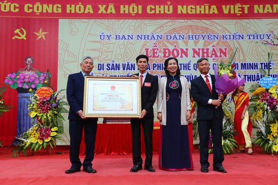 The ceremony receiving the certificate in recognition of Minh The Festival as a national intangible cultural heritage (Photo: Vietnamnet)