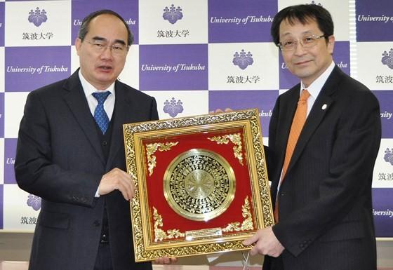 Professor Kyosuke Nagata(R), Principal of Tsukuba University offers a presents to Secretary of HCMC Party Committee Nguyen Thien Nhan. (Photo: Sggp)