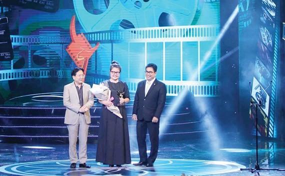 Director Kay Nguyen receives the award. (Photo: Sggp)