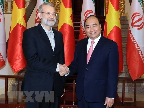 Prime Minister Nguyen Xuan Phuc shakes hands with Speaker of the Parliament of Iran Ali Ardeshir Larijani in their meeting in Hanoi on April 16. (Photo: VNA)