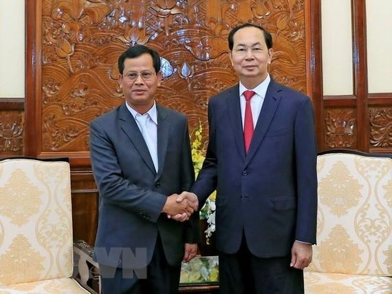 President Tran Dai Quang (R) receives Lao Deputy Minister of Public Security Kongthong Phongvichit (Photo: VNA)