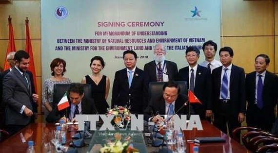 Representatives of Vietnam's Ministry of Natural Resources and Environment and Italy's Ministry for Environment, Land and Sea signed a memorandum of understanding signed the MoU (Photo: VNA)
