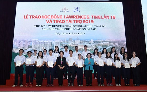 At the scholarship award presentation ceremony in Ho Chi Minh City on September 22 (Source: http://voh.com.vn)