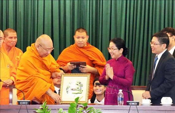 Vice Secretary of Ho Chi Minh City's Party Committee Vo Thi Dung presents a picture to Most Venerable Phra Promwachirayan (Source: VNA)