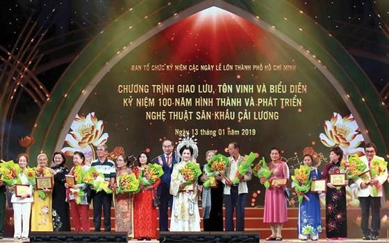HCMC party secretary Nguyen Thien Nhan present certificates of merit to artists.