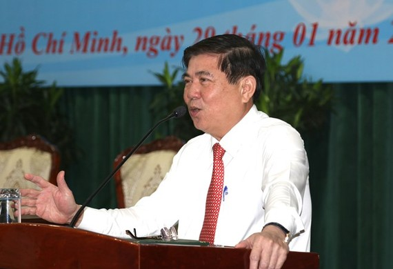 Chairman of the HCM City People's Committee Nguyen Thanh Phong addresses the meeting with chairpersons of the communal-level administrations on January 29 (Photo: VNA)
