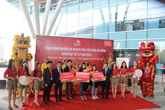 A ceremony welcoming first visitors of the year is held at Da Nang Airport on the first day of the first lunar month.  (Photo: Sggp)