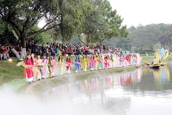 A fashion show of Ao Dai made of Bao Loc silk is organized in Da Lat city. (Photo: Sggp)