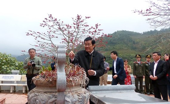 Former State President Truong Tan Sang offers incenses to heroes and martyrs at the high point468. (Photo: Sggp)