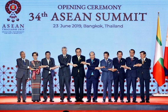 Prime Minister Nguyen Xuan Phuc (fifth, right) and other leaders at the opening ceremony of the 34th ASEAN Summit in Bangkok on June 23 (Photo: VNA)