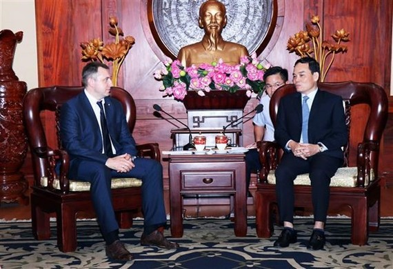 Permanent Vice Secretary of the Ho Chi Minh City Party Committee Tran Luu Quang (R) and deputy head of the Russian Federal Agency for Youth Affairs Andrei Platonov (Photo: VNA)
