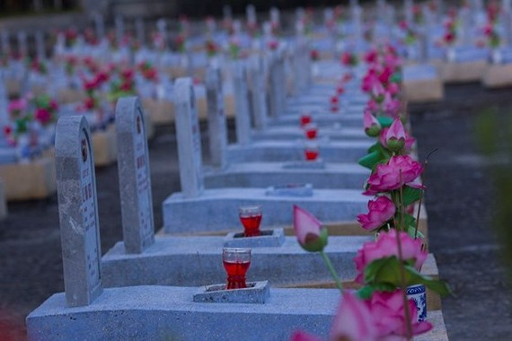 Tens thousands of candles are lit at 72 martyrs' cemeteries in Quang Tri province. (Photo: Sggp)
