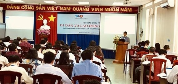 """Kaxton Yu-Kwan Siu of the Hong Kong Polytechnic University's Department of Applied Social Sciences, speaks at the """"Migration and Labour in Vietnam"""" international conference in HCM City (Photo: VNA)"""