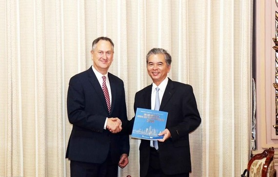 Vice Chairman of Ho Chi Minh City's People's Committee Ngo Minh Chau (R) hosts Regional President for Asia Pacific of the US-based VISA company Chris Clark (Source: VNA)