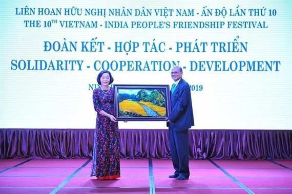 Nguyen Thi Thanh, Secretary of the Ninh Binh Party Committee, hands over a gift to Pallab Sengupta, Politburo member of the Communist Party of India and General Secretary of the All India Peace and Solidarity Organisation, at the event (Photo: VNA)
