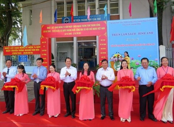 At the ribbon-cutting ceremony of book exhibition