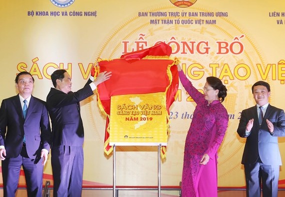 Chairwoman of the National Assembly Nguyen Thi Kim Ngan (R) and President of the Vietnam Fatherland Front (VFF) Central Committee Tran Thanh Man (L) unveil the Vietnam Book of Innovation 2019 at the event (Photo: VNA)