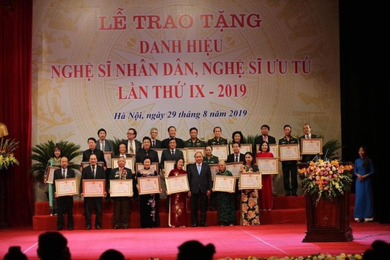 Prime Minister Nguyen Xuan Phuc (3rd from right, front row) and the outstanding artists