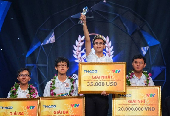 Tran The Trung, a student from Phan Boi Chau High School for Gifted Students in Nghe An province wins the 19th Road to Olympia Peak .
