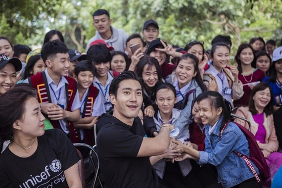RoK artist Choi Si-won (centre, first row) at an event of UNICEF in Vietnam (Photo: UNICEF Vietnam)