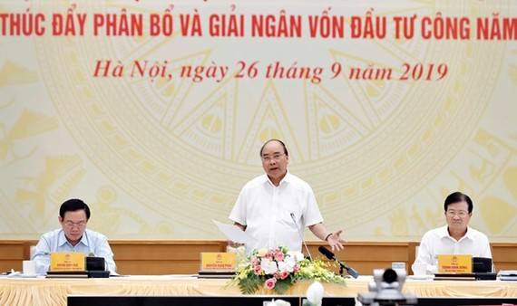 Prime Minister Nguyen Xuan Phuc (standing) speaks at the event (Photo: VNA)