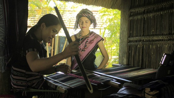 The traditional brocade weaving of the H're ethnic minority people has been recognized as national intangible cultural heritage. (Photo: Sggp)