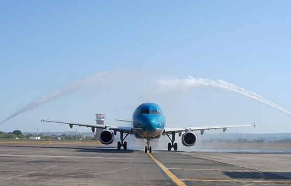 The first flight of Vietnam Airlines, coded VN-641, lands at I Gusti Ngurah Rai International Airport in Bali (Source: VNA)