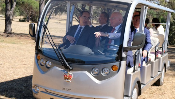 Governor-General of Australia, David Hurley drives himself to carry Secretary of HCMC Party Committee Nguyen Thien Nhan to visit a garden in the Government House. (Photo: Sggp)