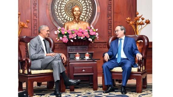 Politburo member, Secretary of HCMC Party Committee Nguyen Thien Nhan and former U.S. President Barack Obama  (Photo: SGGP)