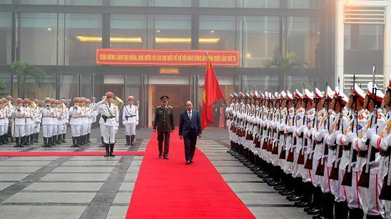 Prime Minister Nguyen Xuan Phuc inspects the guard of honor of the People's Public Security Force. (Photo: Sggp)