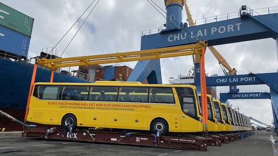 This is the first commercial bus shipment of Thaco after more than 16 years of investment and development in the Vietnamese automotive industry. (Photo: VGP)