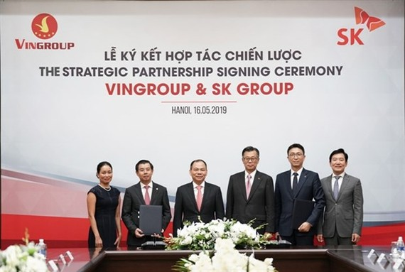 SK Group and Vingroup leaders at the signing of deal in May 2019 to allow the former to purchase 6.15 per cent in the latter for 1 billion USD. (Photo courtesy of Vingroup)
