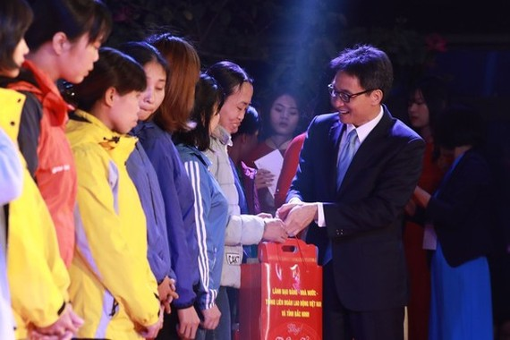 Deputy Prime Minister Vu Duc Dam offers gifts to workers. (Photo: Sggp)