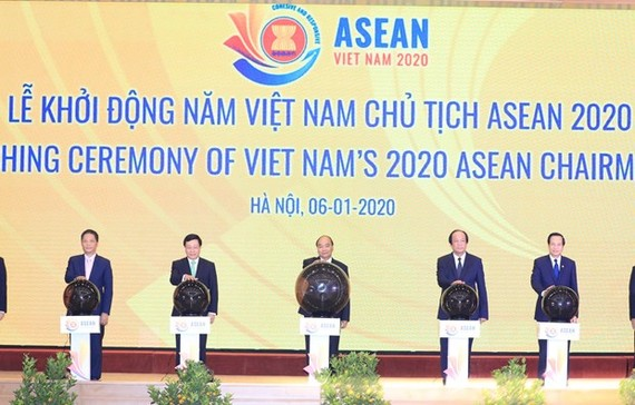 Prime Minister Nguyen Xuan Phuc and delegates at a ceremony in Hanoi on January 6 to launch Vietnam's 2020 ASEAN Chairmanship (Photo: VNA)