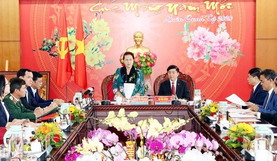 Chairwoman of the National Assembly Nguyen Thi Kim Ngan (standing) speaks at the working session (Photo: VNA)