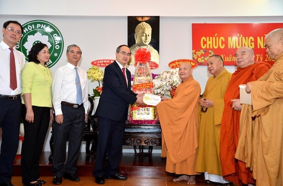 Secretary of the Ho Chi Minh City Party Committee Nguyen Thien Nhan visits the Office 2 of the Vietnam Buddhist Sangha (VBS) at the Quang Duc Monastery in District 3. (Photo: SGGP)