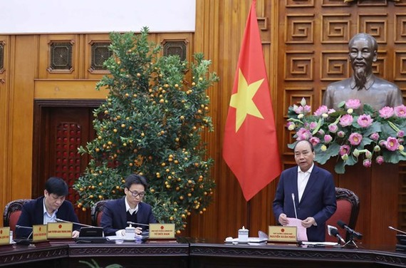 Prime Minister Nguyen Xuan Phuc chairs an urgent meeting on January 27 to discuss measures against the acute respiratory disease caused by the novel coronavirus (nCoV) (Photo: VNA)