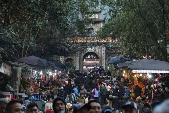 More than 400,000 pilgrims are at the Huong Son complex on festival's opening day.