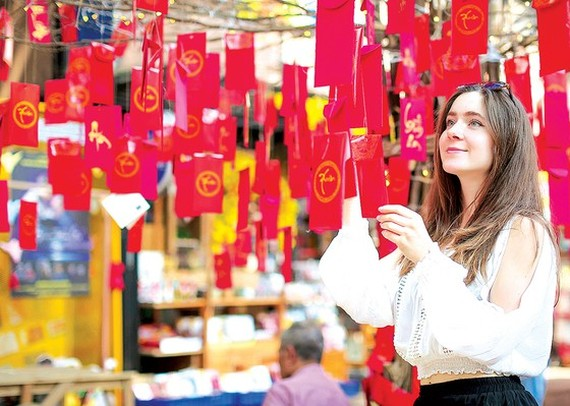 A Danish student chooses New-Year greeting cards in Nguyen Van Binh Book Street in HCMC.
