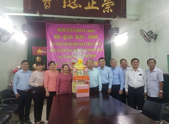The delegation visits Sung Chinh temple.