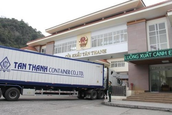 A lorry is queuing for customs clearance at Tan Thanh Border Gate in Lang Son, which borders China. (Photo: VNA)