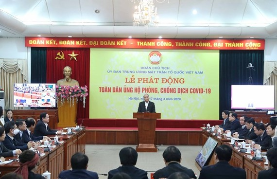 Prime Minister Nguyen Xuan Phuc (standing) at the campaign to call for public support for COVID-19 fight (Photo: VNA)