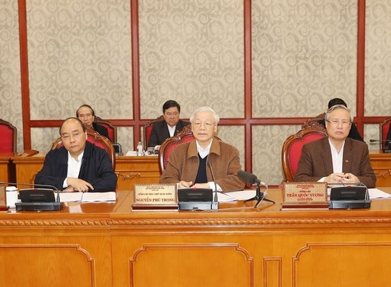 Party General Secretary and President Nguyen Phu Trong (centre) chairs the Politburo's meeting on the COVID-19 prevention and control in Hanoi on March 20 (Photo: VNA)
